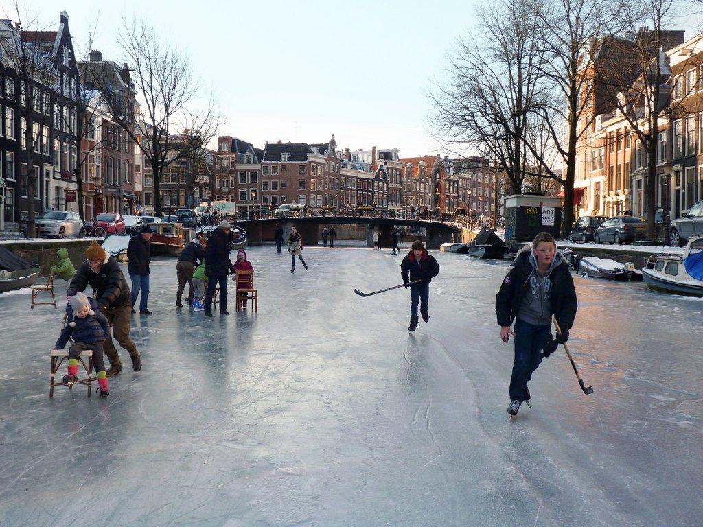 Amsterdam, zima, zamarznięte kanały