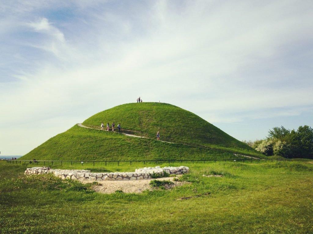 Kopiec Krakusa to miejsce częstych wycieczek mieszkańców .