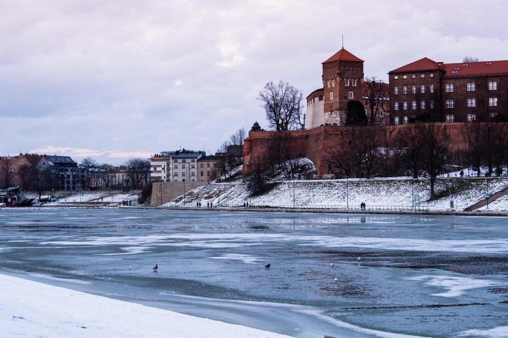 Zimowy weekend w Krakowie może zachwycić Cię zarzniętą Wisłą.